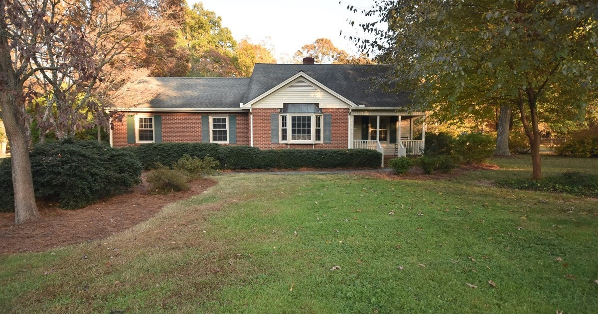Wonderful brick 1 5 story home on acres in west for 1 5 story house